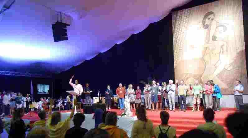 Célébration dans la grande tente
